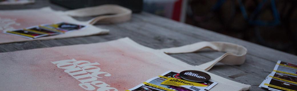 DocTurku ry:n lahjavinkki: Uniikki, käsinpainettu Doc Lounge -kangaskassi